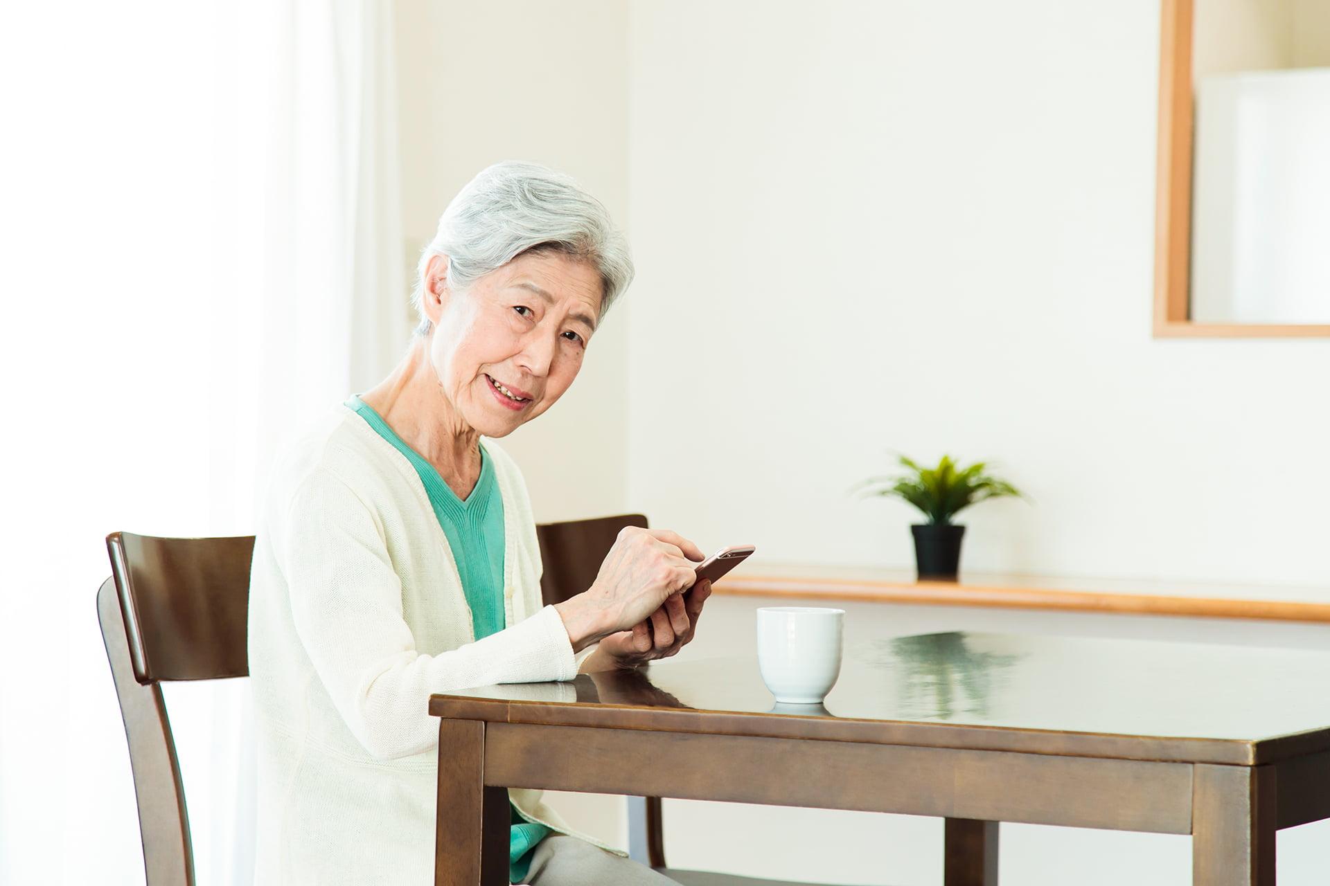 一人での時間を過ごす高齢者