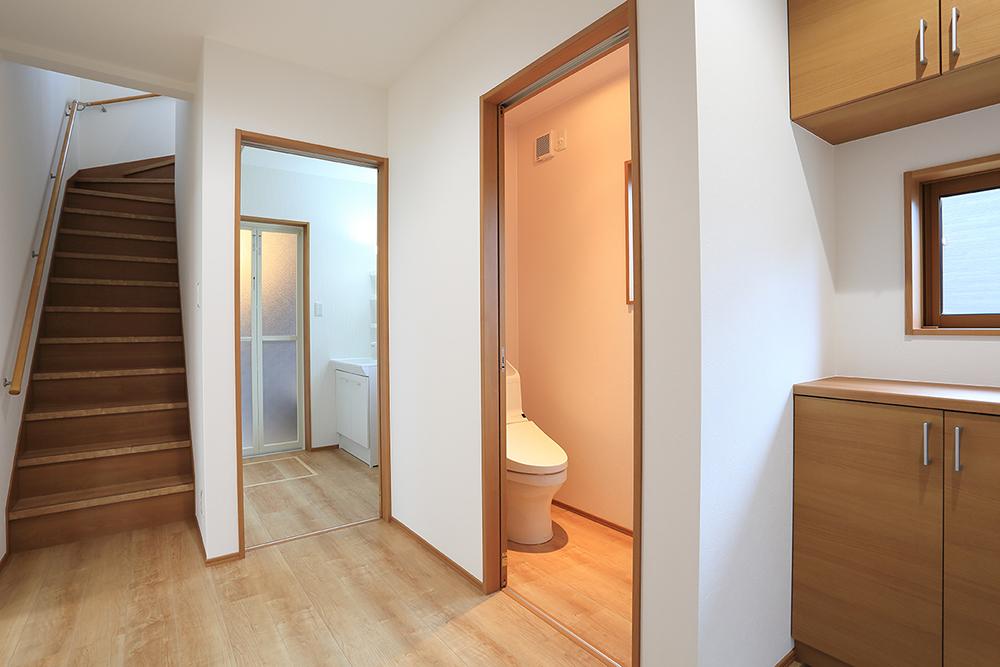 玄関から見える廊下とトイレ