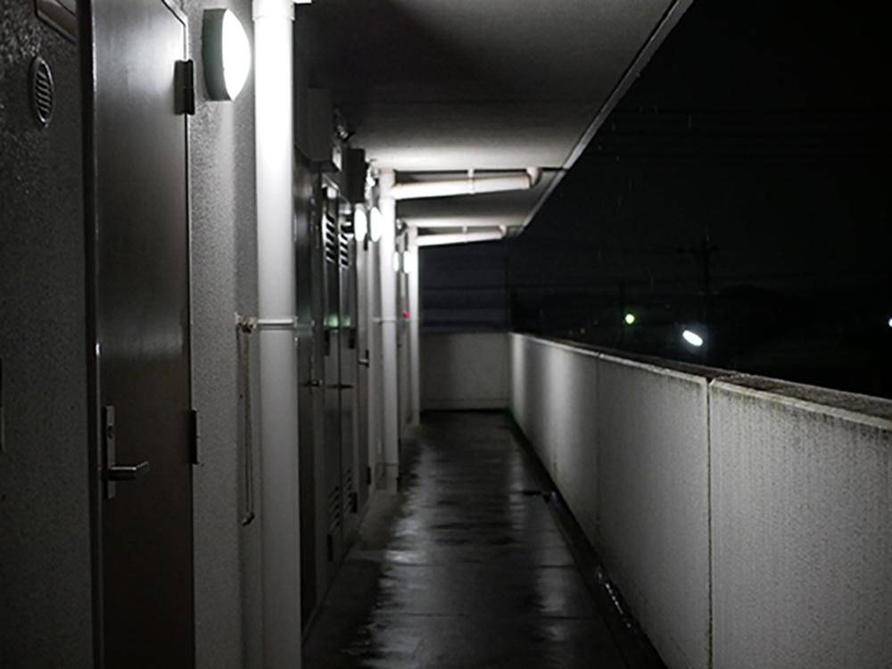 夜のマンションの廊下