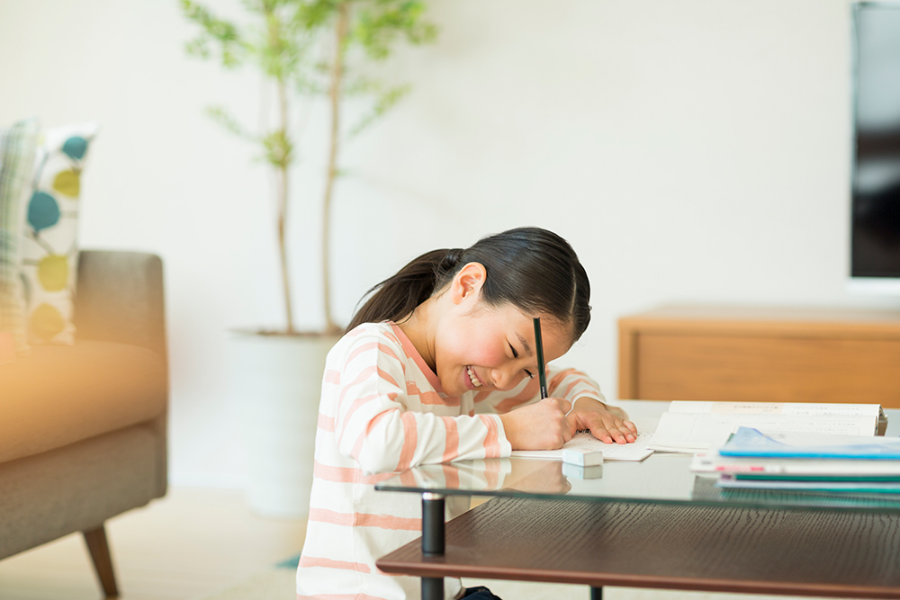 リビングで勉強をする女の子