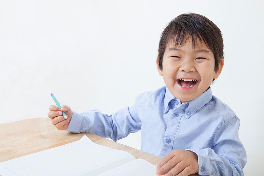 楽しみながら勉強をする男の子